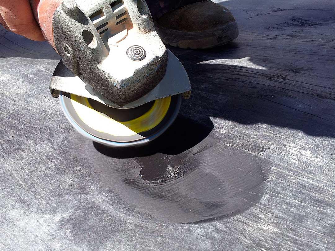Lijado para preparacion del soporte, posteriormente se aplica un parche por extrusion