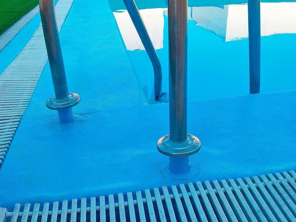 Detalle de remate con lámina armada de PVC en borde de piscina