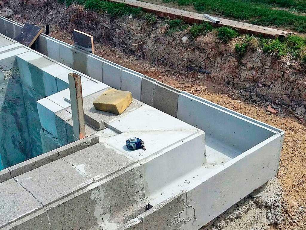Detalle en esquina de la formación del borde desbordante de piscina