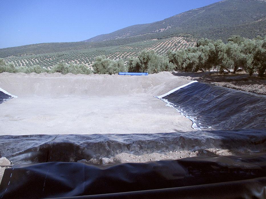 Comienzo de impermeabilización de balsa