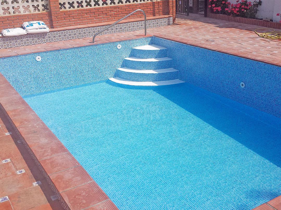 Revesimiento de piscina con Lámina Armada (PVC) de gresite en Almuñecar (Granada)