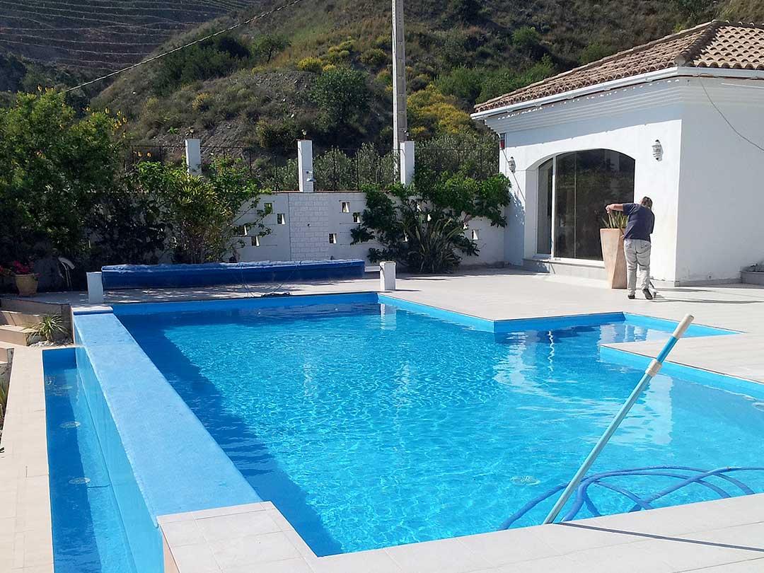 Revesimiento de piscina con Lámina Armada (PVC) en Vélez de Benaudalla (Granada)