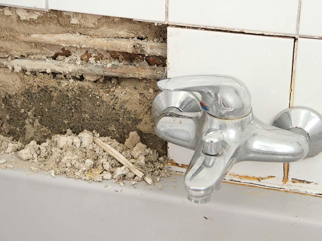 Problema de humedad en bañera por fuga