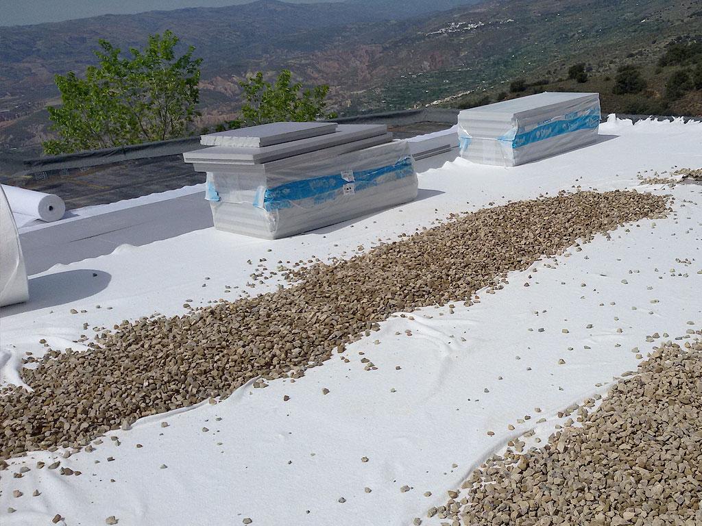 Aislamiento de cubierta con placa de poliestireno expandido, geotextil y protección de grava