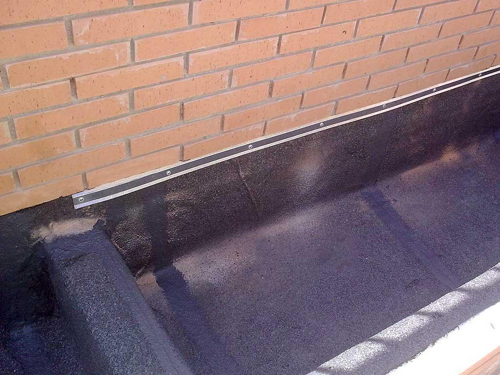 Impermeabilización de jardinera mediante lámina de pizarra anti-raíces realizada por la empresa Cantitec