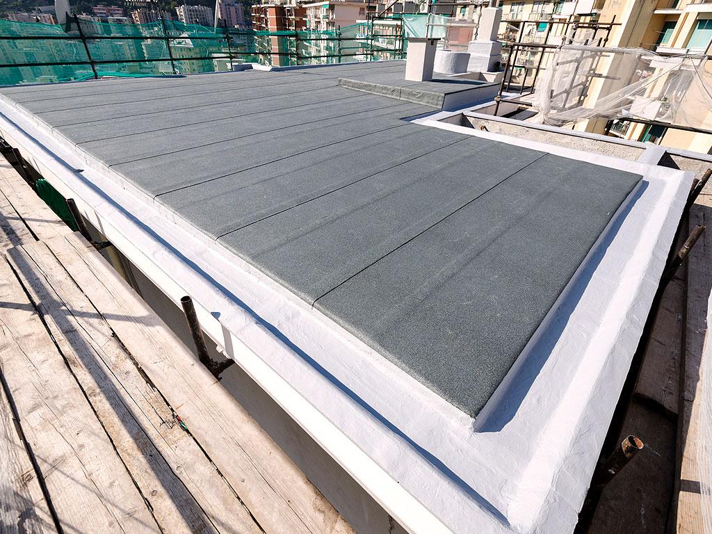 Cubierta impermeabilizada con lámina asfáltica autoprotegida con acabado de pizarra color gris, realizado por la empresa Cantitec