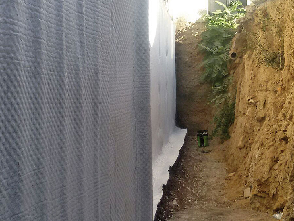 Muro de hormigón con impermeabilización mediante lámina drenante, realizado por la empresa Cantitec de Granada