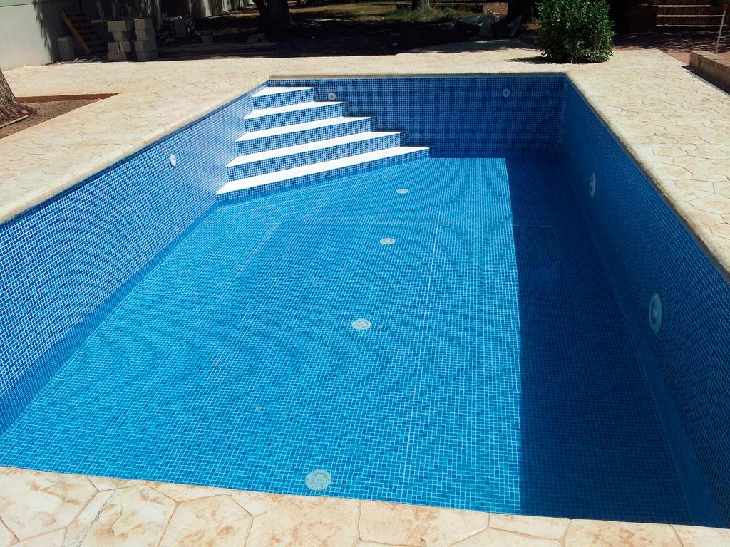 Piscina con impermeabilización con revestimiento de PVC imitación gresite, realizado por la empresa Cantitec