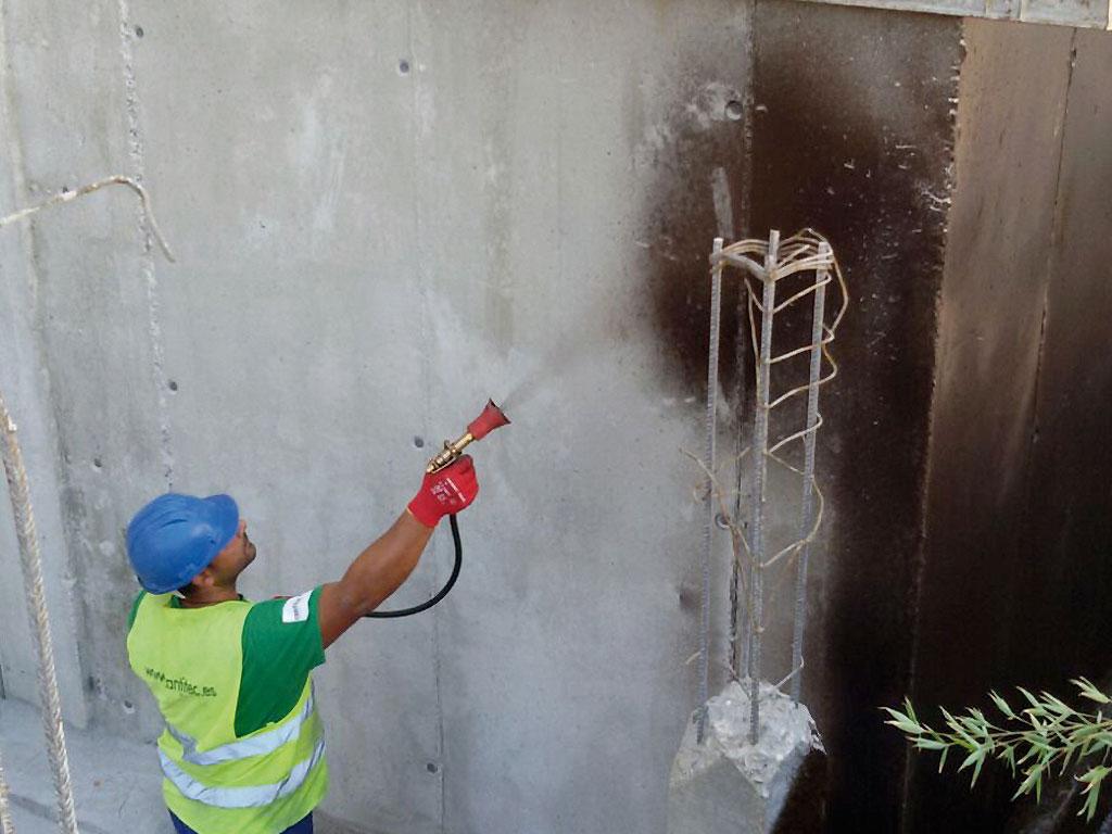 Imprimación sobre el muro de hormigón para su impermeabilización, realizado por Cantitec
