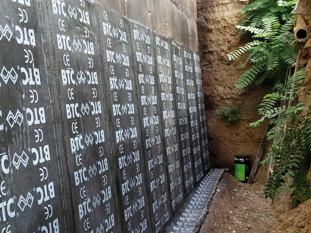 Muro de hormigón impermeabilizado mediante lámina asfáltica, realizado por Cantitec de Granada