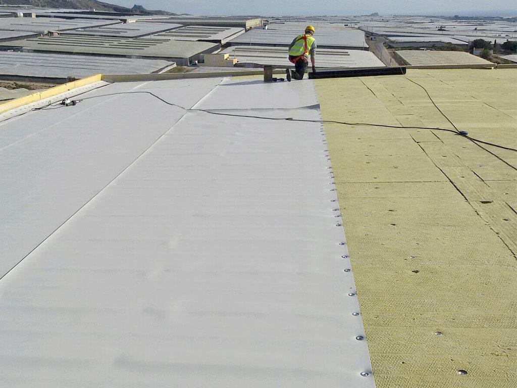 Aislamiento e impermeabilización de cubierta mediante lana de roca, lámina sintética TPO armado
