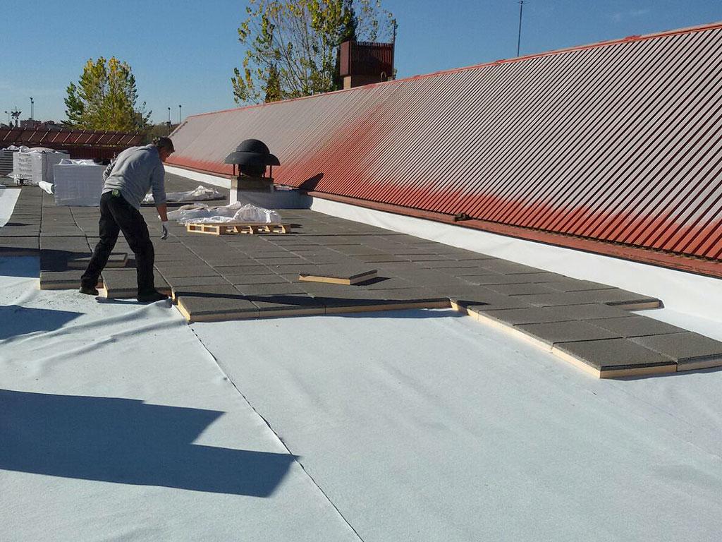 Impermeabilización de cubierta mediante lámina de PVC armado, capa separadora de geotextil y aislamiento con losa filtrón, trabajo realizado por la empresa Cantitec de Granada
