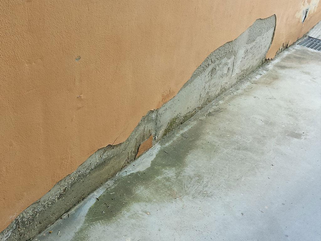 Humedades por capilaridad en residencial de vecinos. Soluciona tus humedades con la empresa Cantitec de Granada.