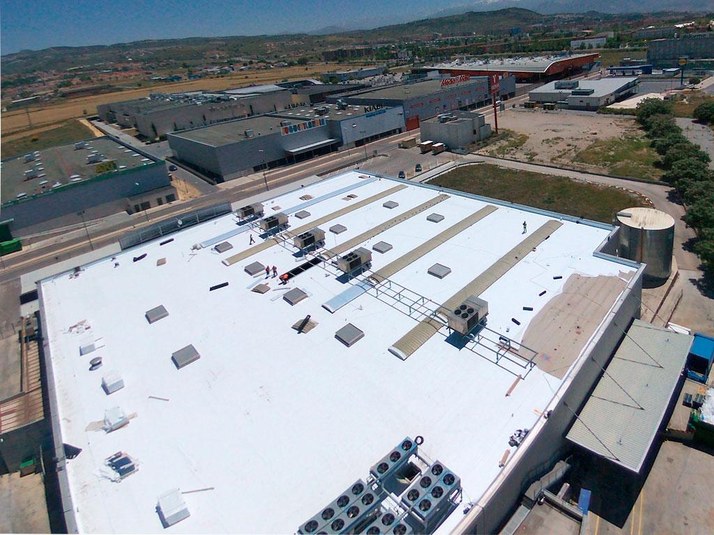 Realización de impermeabilización de cubierta por la empresa Cantitec en Makro Granada con geotextil y TPO armado