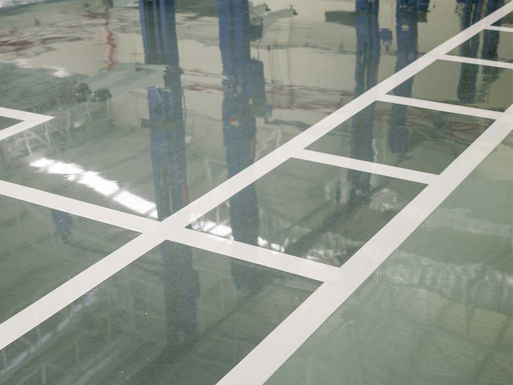 Relización del acabado del suelo con resina de epoxi por la empresa Cantitec de Granada
