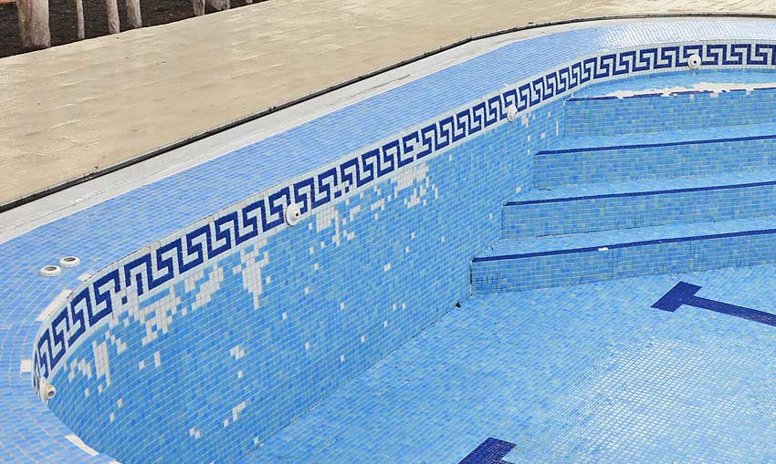 Caída de gresite en piscina de granada Cantitec